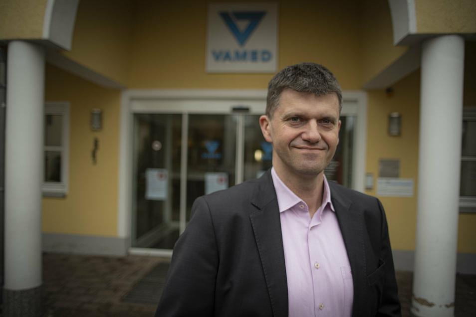 Carsten Tietze, Chef der Pulsnitzer Schloss-Klinik, freut sich: Die ersten Pflegekräfte aus Brasilien sind am Mittwoch angekommen.