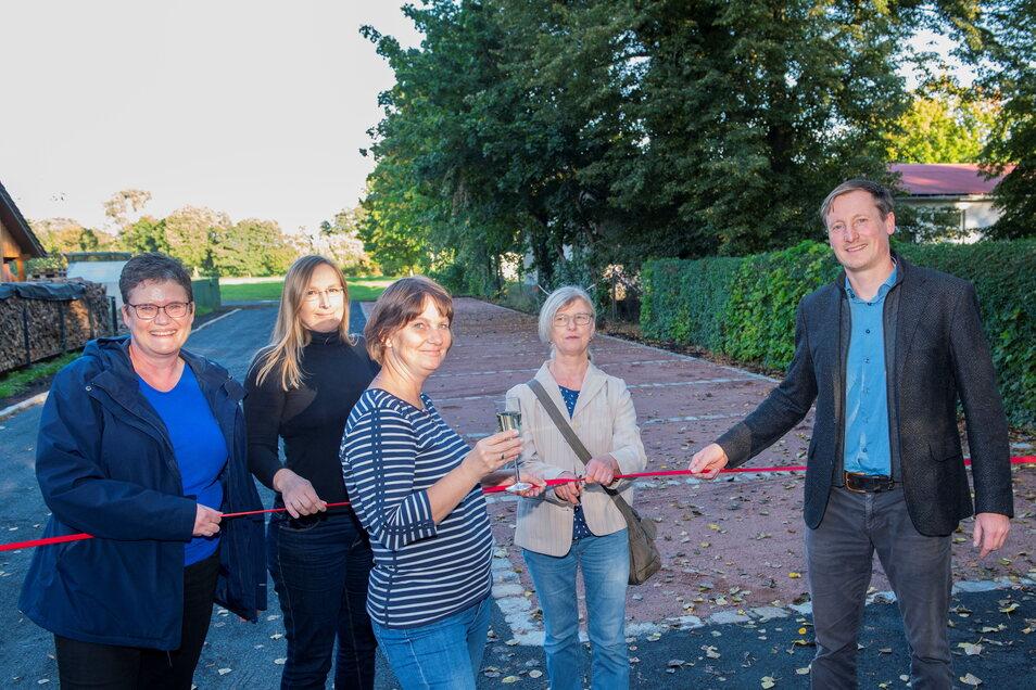Große Freude am Mittwoch bei Bürgermeisterin Manuela Gajewi, Janina Hein (Dresdner Heidebogen), Christiane Kirste und Birgit Fritsche vom Kirchvorstand Lenz sowie Pfarrer Sebastian Zehme.