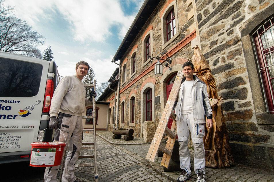 Normalerweise würden zu Ostern viele Gäste auf dem Butterberg in Bischofswerda einkehren. Doch wegen der Corona-Krise dürfen dieser Tage nur Handwerker wie und Robert Dietrich (links) und Rico Förster ins Haus.