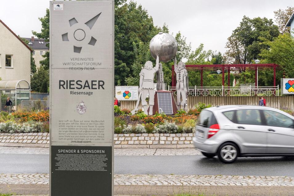 Die Riesen-Skulptur aus Stahlblech am Krankenhaus-Kreisverkehr: Hier kann man sich über die Riesen-Sage informieren und über Riesas Partnerstädte. Bald auch mittels Audio-Information – eingesprochen von Elisaweta Stark.
