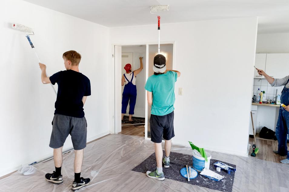 Ob Mieter Schönheitsreparaturen vor dem Auszug erledigen müssen, hängt von den Vereinbarungen ab. Wer die Wohnung renoviert übernommen hat, muss vor dem Auszug in der Regel auch zum Pinsel greifen.