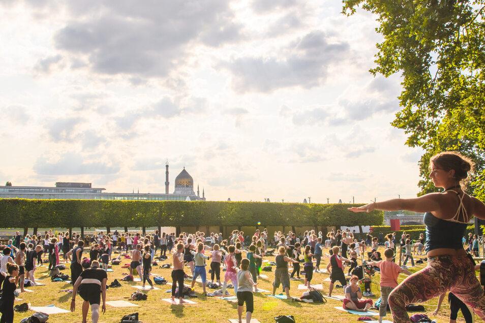 """Yoga unter freiem Himmel! Die """"Yoga im Park""""-Sessions sind jedes Jahr ein beliebter Treffpunkt für Yogis und in ihrer Art einzigartig in Deutschland."""