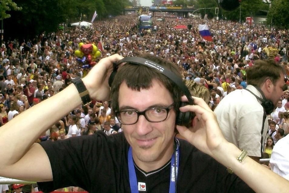 DJ Dr. Motte legt auf einem Wagen bei der Loveparade im Juli 2002 in Berlin auf.
