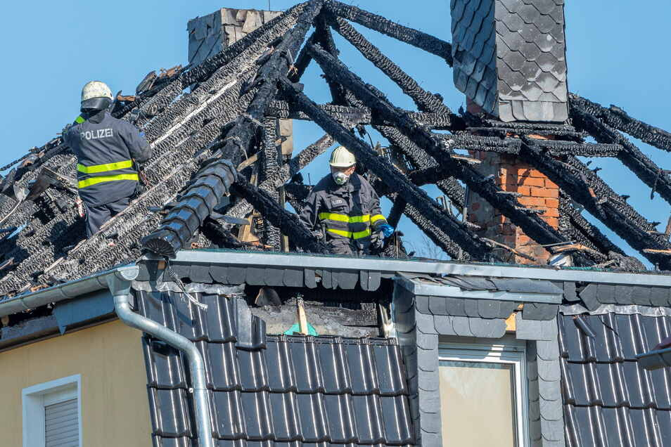 Am Dienstag ermittelte die Polizei in der Brandruine. Die Brandursache ist noch unklar.