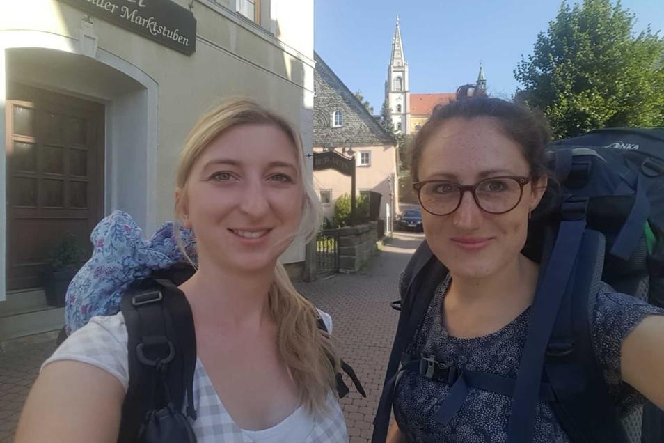 Die SZ-Redakteurinnen Marleen Hollenbach (li.) und Theresa Hellwig starten von Schirgiswalde aus zur zweiten Etappe der SZ-Wahlwanderung.