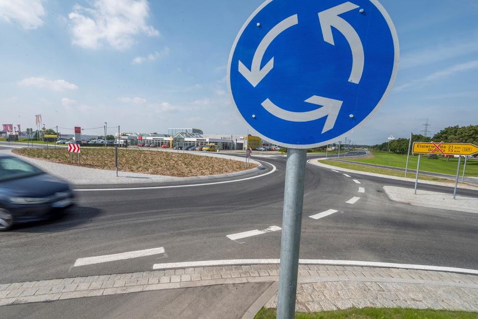 Der Kreisverkehr an der Aral-Tankstelle ist fertig, in Lichtensee ist aber noch gesperrt, wie das Schild (rechts) zeigt. Dort entsteht ebenfalls ein Kreisverkehr.