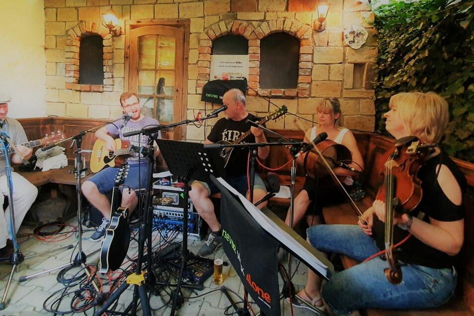 Never Walk Alone trat unplugged im Biergarten des Ristorante La Piazza mit German-Irish-Folk auf.