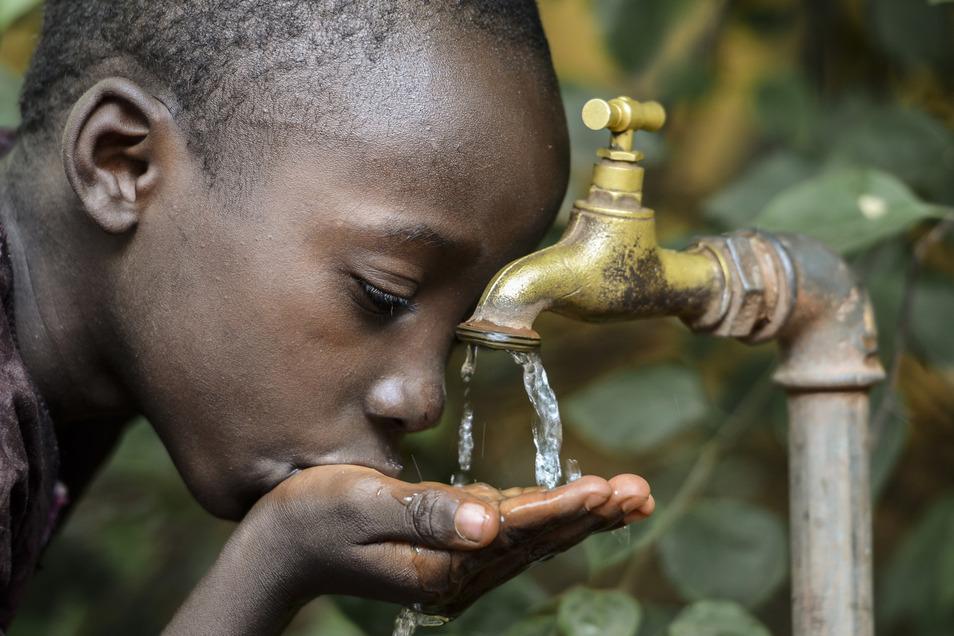 Während es ums Öl nicht ganz so schlimm steht, herrscht in vielen Ländern bereits Wasserknappheit. Menschen müssen Durst leiden oder bekommen Krankheiten, weil sie verschmutztes Wasser trinken