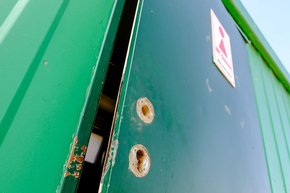 Der Toilettencontainer auf der Südseite konnte nach ersten Reparaturen am Wochenende wieder genutzt werden.