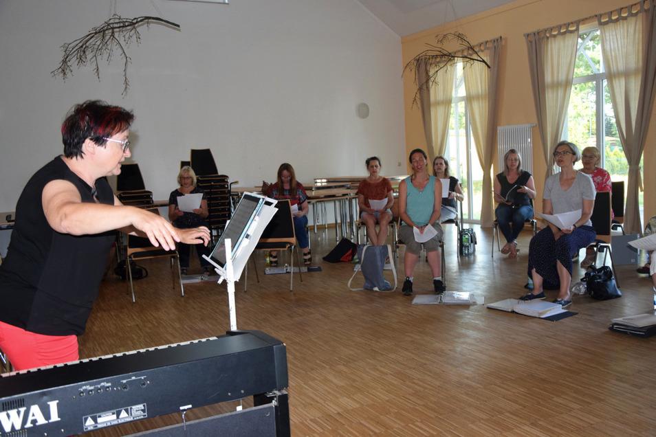 Kerstin Lieder probt mit dem Chor Seidewinkel im Saal der Alten Schule im Ort.