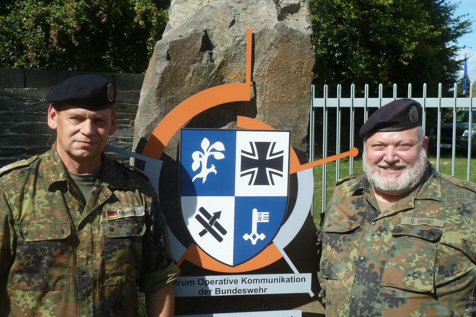 Wiedervereint: Norbert Hinsche aus Sachsen-Anhalt (links) und Carsten Faust aus Hessen am Kasernentor der Bundeswehr in Mayen.