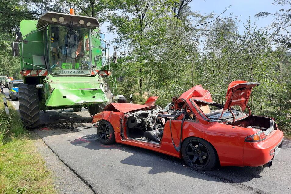 Beim Zusammenstoß eines Autos mit einem Mähdrescher am Freitagmittag bei Elstra ist ein junger Mann ums Leben gekommen.