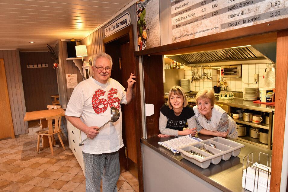 Bernd Rothe schließt seine Gaststätte in Dippoldiswalde. Hier ist er mit seinen langjährigen Mitarbeiterinnen Monika Irmer (re.) und Jacqueline Baaske zu sehen.