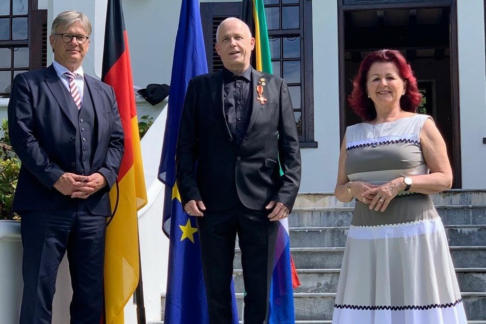Auch Viola Klein (r.) reiste für die Ehrung ihres langjährigen Wegbegleiters von Dresden nach Kapstadt.