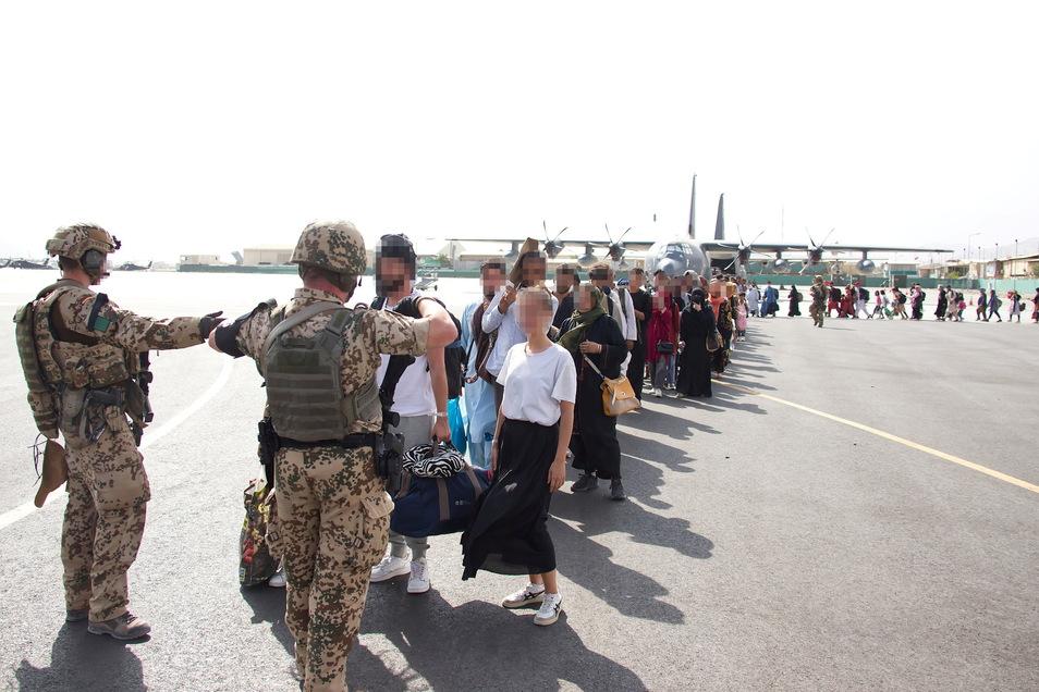 Die Bundeswehr hat bis Mittwochabend mit 34 Flügen bisher 5.193 Menschen aus Kabul ausgeflogen, darunter mehr als 3.600 Afghanen.