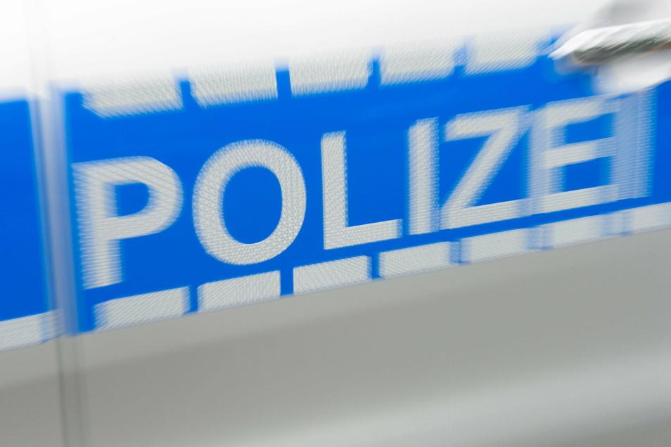Die Polizei sucht die Beteiligten und die Zeugen eines Unfalls in Dresden.