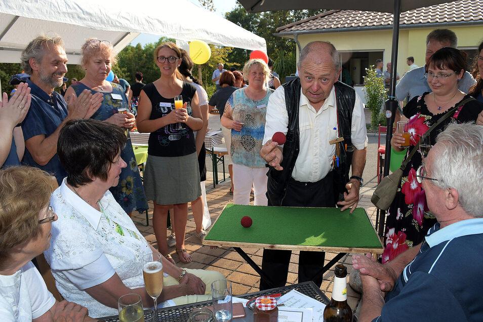 """Thomas Born aus Riesa bezauberte die Gäste beim Sommerfest im Hospiz """"Lebenszeit"""" mit seinen Tricks. Zum ersten Mal hatte die Einrichtung dazu eingeladen. Es soll zur Tradition werden."""