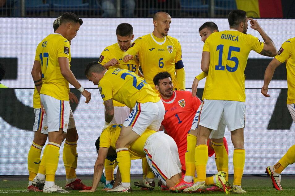 Die Spieler aus Rumänien jubeln über ihre unerwartete Führung.