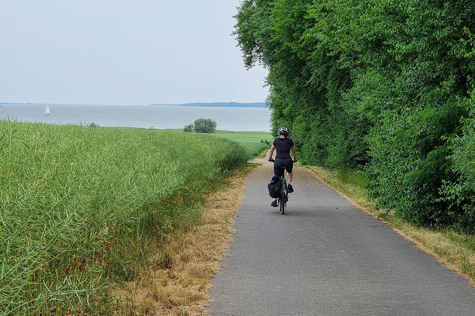 Meist gut ausgebaut: Der Ostseeküsten-Radweg wird seinem Namen mit tollen Ausblicken aufs Meer gerecht.