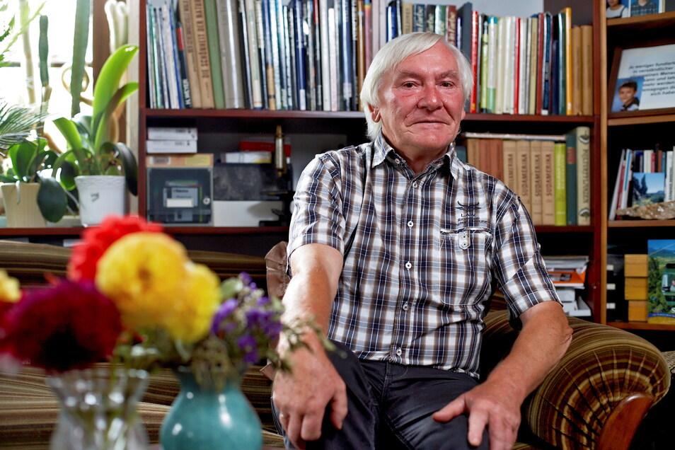 Hier saß Dr. Frank Heyne in seinem Studierzimmer, wo er auch im Ruhestand weiter zum Thema Linkshändigkeit gearbeitet hat. In dieser Zeit ist ein Ratgeber entstanden.