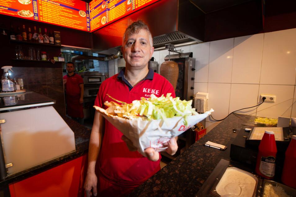 Sedat Tuysuz vom Keké Kebap und Kumpir-Haus in der Dresdner Neustadt präsentiert ein soßengetränktes Falafelsandwich.