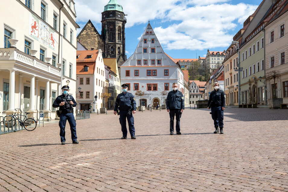 Leere in Lockdown-City: Die gemischte Corona-Streife aus Polizisten und Bediensteten des Landratsamts patrouilliert über den verwaisten Pirnaer Marktplatz.