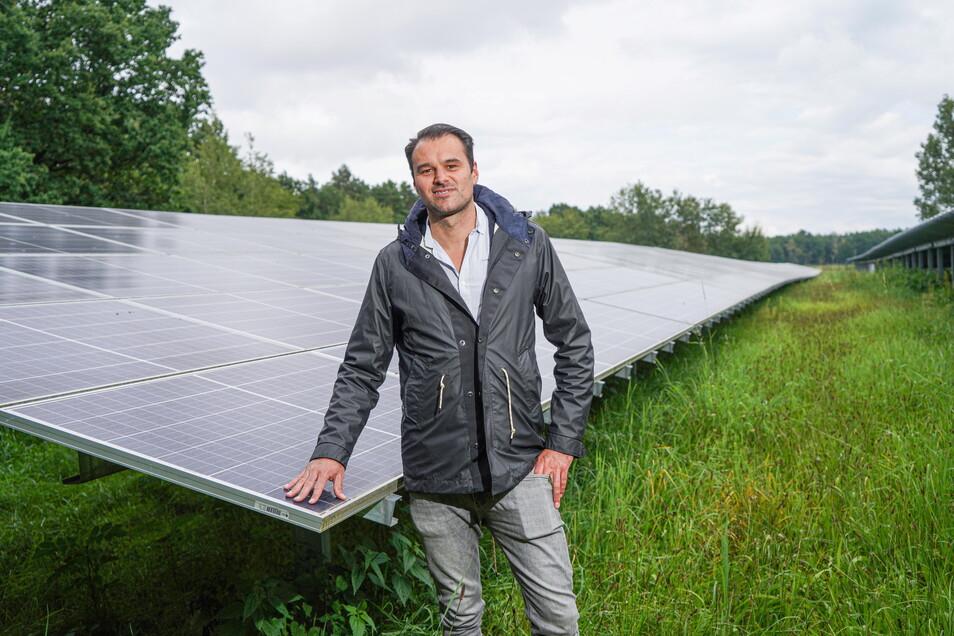 Zwischen Göda und Doberschau-Gaußig entsteht direkt neben einer bestehenden Solaranlage eine vielfach größere. Betrieben wird sie von der Firma Anumar, deren Geschäftsführer Markus Brosch jetzt zum symbolischen ersten Spatenstich vor Ort war.