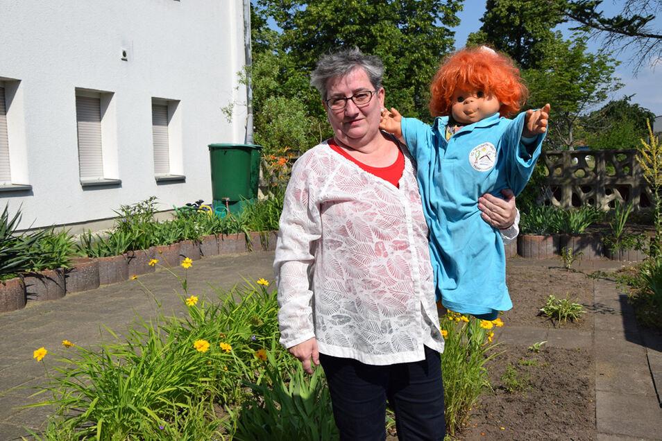 Beate Möller mit dem Maskottchen der IG Kinderferien. Einen Namen hat es noch nicht – der soll im Herbstferienlager in Doksy gefunden werden.