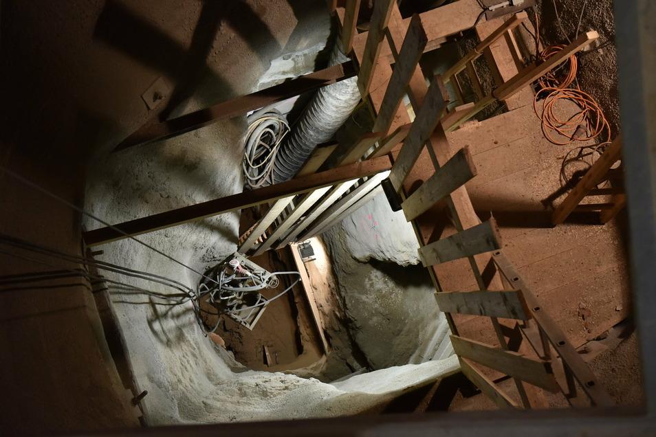 Bis in 14 Meter Tiefe haben die Mitarbeiter der Bergsicherung den verbrochenen Schacht schon freigelegt. Ihr Ziel ist aber, 38 Meter Tiefe zu erreichen.