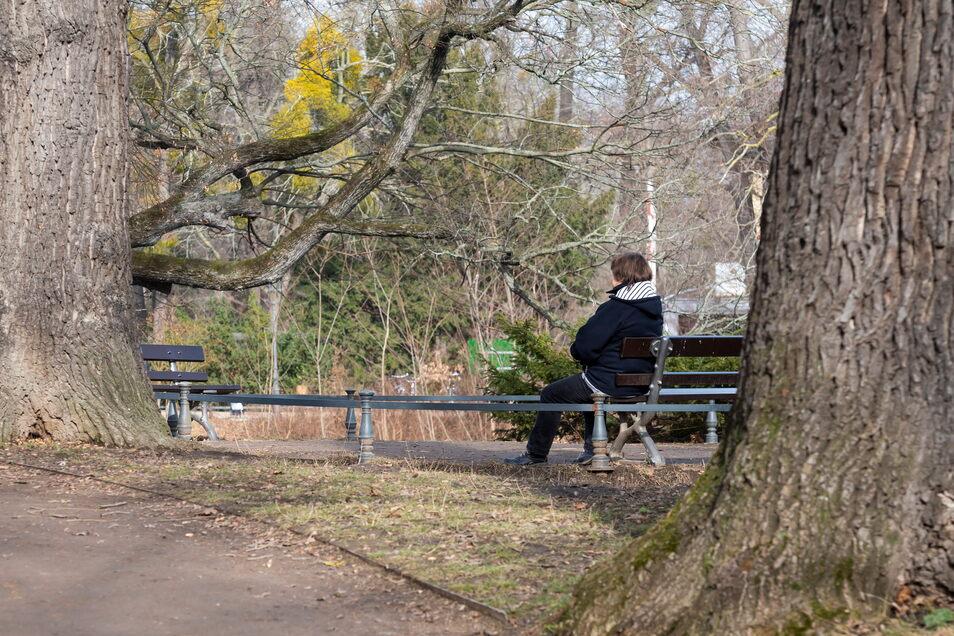 Schmerzen begleiten Monika seit Jahrzehnten. Lebensqualität empfindet sie trotzdem. Am liebsten spaziert sie durch den Großen Garten in Dresden und beobachtet die Natur.