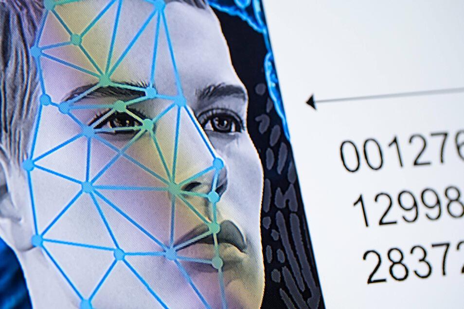 Eine Gesichtserkennungs-Grafik ist auf einem Monitor am bayerischen Landeskriminalamt zu sehen.
