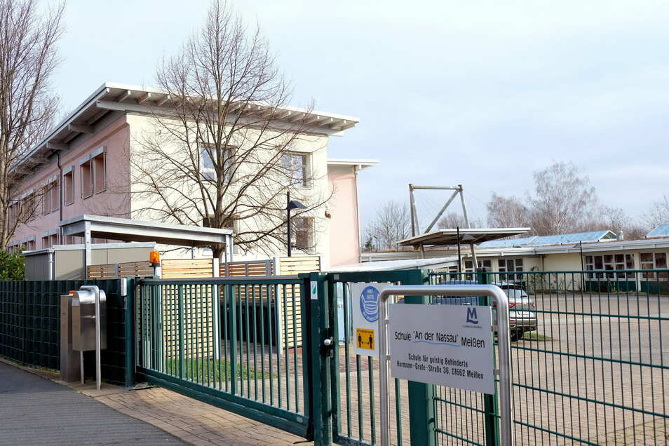 """Am Dach und im Inneren der Förderschule """"An der Nassau"""" sind umfangreiche Sanierungsarbeiten vorgesehen."""