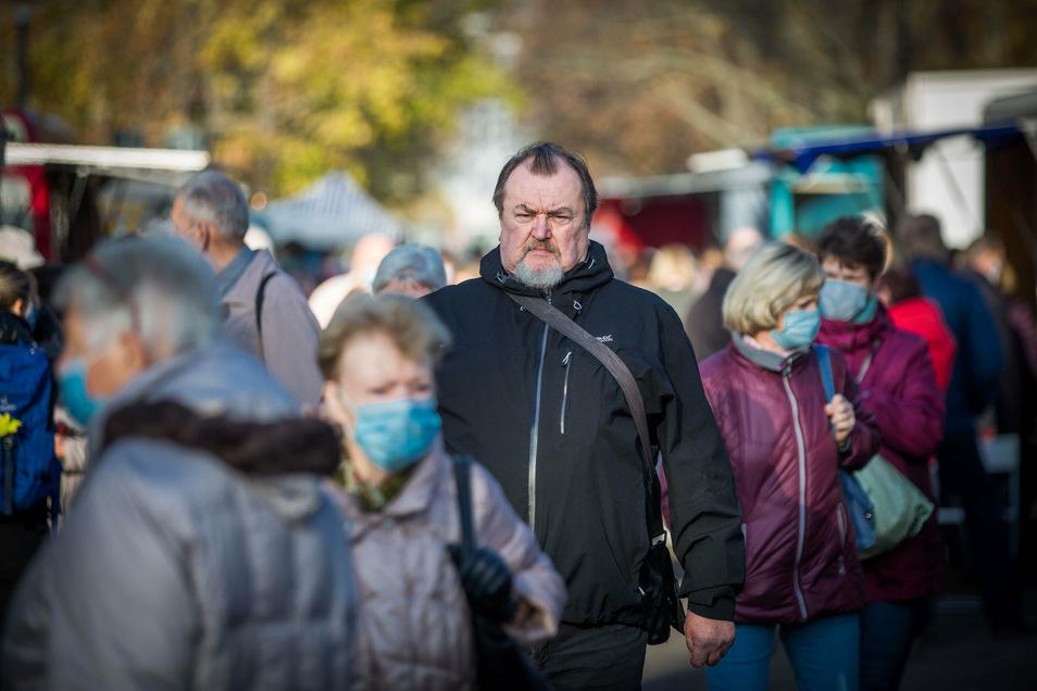 Ich kann nicht oder ich will nicht? Reinhard Hoffmann ist vom Masken-Tragen befreit - und riskiert dennoch böse Blicke.