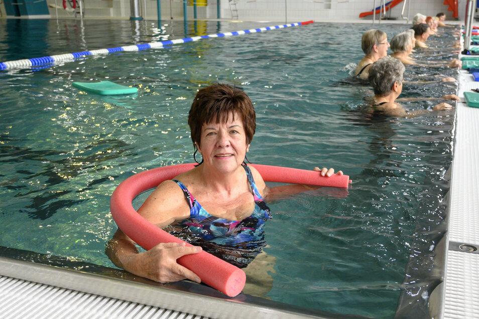 Helga Währa gehört am Freitag zu den Besuchern in der Riesaer Schwimmhalle. Die Einrichtung ist nach dem mehrmonatigen Umbau wieder für die breite Öffentlichkeit zugänglich.