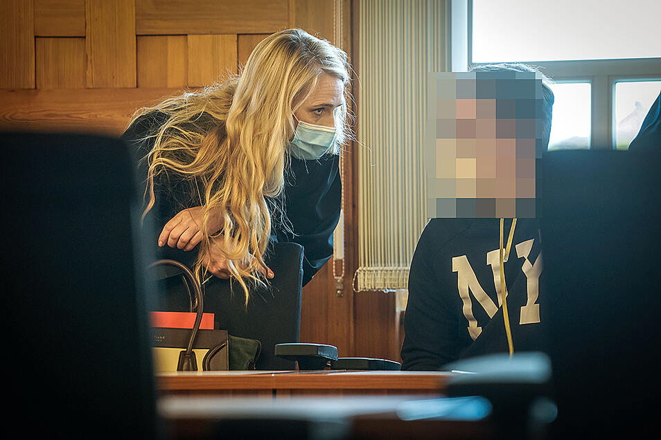 Vor dem Prozess am Amtsgericht Bautzen berät sich der Angeklagte mit seiner Anwältin Juliane Metzner-Dornig. Dem 23-Jährigen werden Betrug und Diebstahl vorgeworfen.