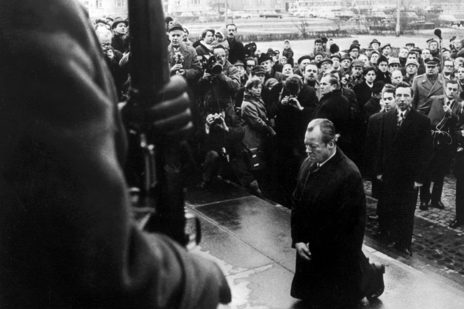 Am 7. Dezember 1970 fiel der damalige Bundeskanzler  Willy Brandt am Denkmal für die Helden des jüdischen Ghettos in Warschau auf die Knie, um der Millionen Opfer der Hitler-Diktatur zu gedenken.