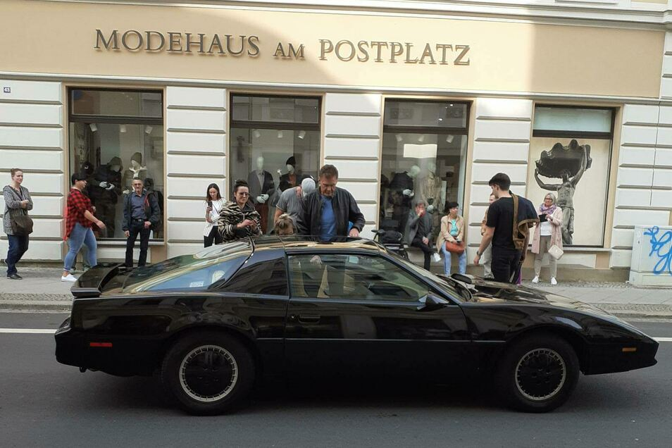 Willkommen in Görlitz: David Hasselhoff steigt am Montagvormittag in seinen Wagen in der Görlitzer Innenstadt ein.
