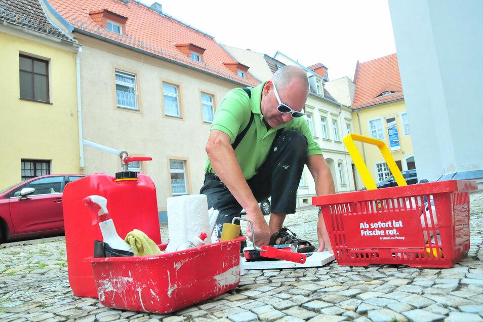 """Keine """"Straßenmalerei"""", trotzdem Kunst: Ted Behrens hat am Dienstag eins von drei Kunstwerken für das Stadtkunstfest kreiert."""