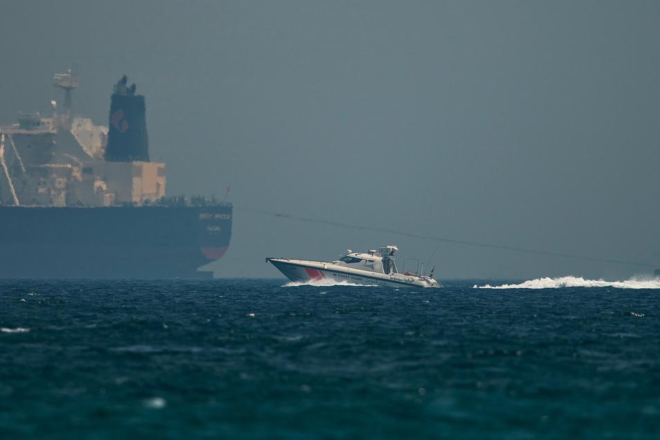 Fudschaira: Ein Boot der Küstenwache der Vereinigten Arabischen Emirate passiert einen Öltanker. Nach Berichten über angebliche Sabotageakte gegen Handelsschiffe im Golf von Oman wachsen die Spannungen in der Region.