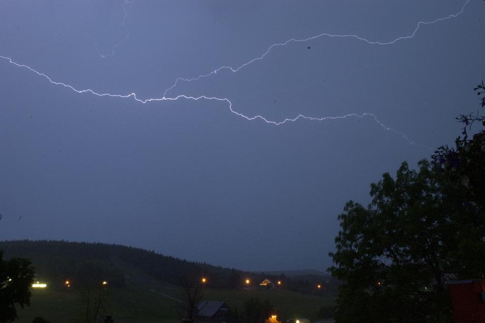 Ein Blitz am Nachthimmel. Die Gewitter in der Nacht zum Mittwoch brachten vor allem im Erzgebirgsvorland Starkregen.
