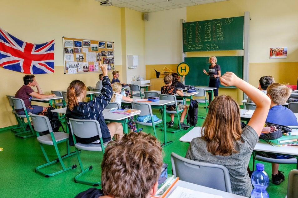 Daniela Ufert bietet in der Sommerschule der Radeburger Heinrich-Zille-Oberschule Englischunterricht für die 6. und 7. Klassen an.