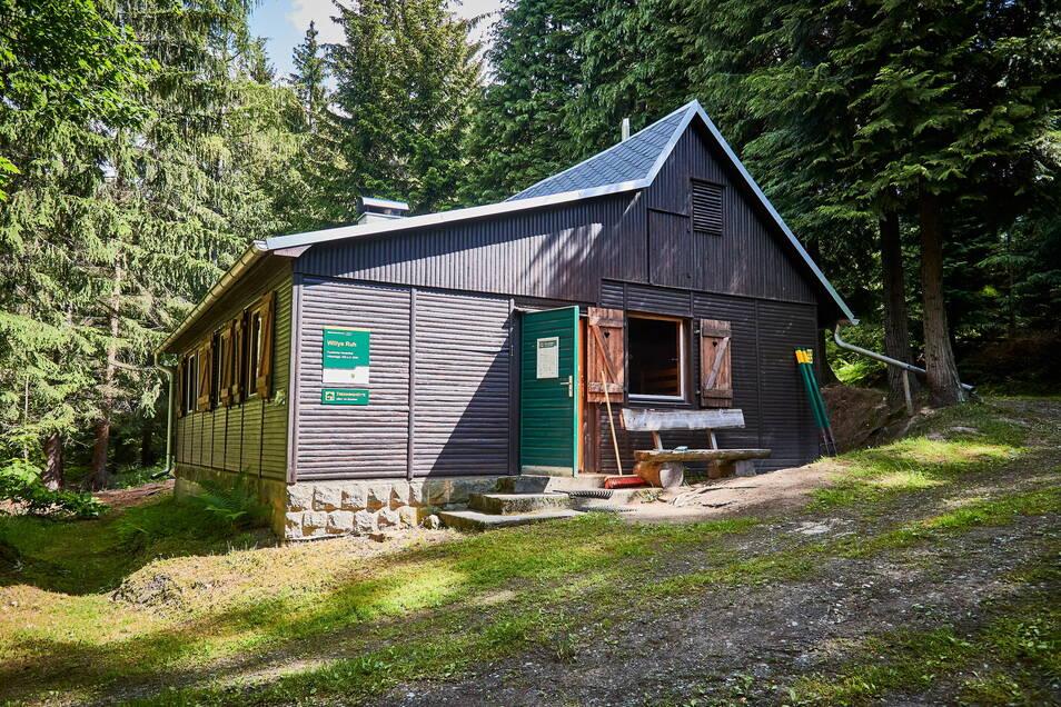 """Ab Mitte Juni sollen Wanderer am Forststeig wieder in den Trekkinghütten übernachten können - wenn die Inzidenz es erlaubt. Dann öffnet auch """"Willy's Ruh""""."""