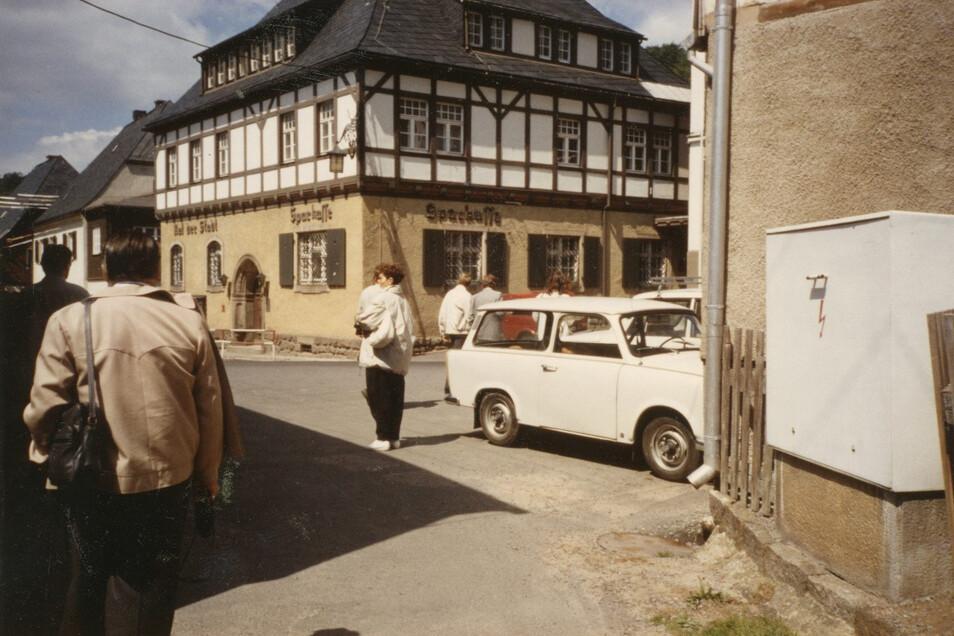 1990 lernen die Schiltacher Geising kennen. Man versteht sich gleich gut. Im Hintergrund das Rathaus - mit der Aufschrift Rat der Stadt.