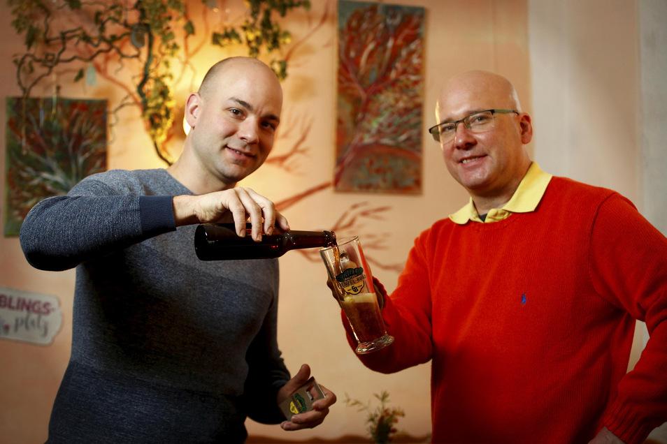 Der Bautzener Brauereichef und Axel Schneider aus Kamenz haben im November 2019 das erste Würstchenbier verkostet.