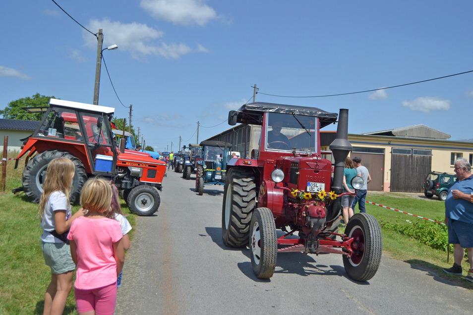 Bereit zur Ausfahrt: 116 Traktoristen aus dem Elbland und aus Südbrandenburg kamen am Sonntag mit ihren Landmaschinen zum Traktorentreffen nach Oelsnitz.