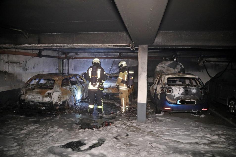 Auf ihrer Flucht in einem Audi A6 Avant stoppten die Täter in einer Tiefgarage in Dresden-Pieschen. Dort steckten sie das Fahrzeug in Brand.