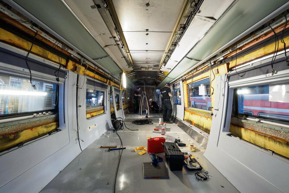 Ein Abteil eines ICE wird auf dem Gelände der Fahrzeuginstandhaltung der Deutschen Bahn in Nürnberg modernisiert.