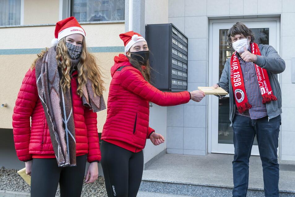 Überraschung der anderen Art: Die Volleyballerinnen - hier Camilla Weitzel (l.) und Madeleine Gates - teilten Adventskalender an 24 Saisonkartenbesitzer aus.