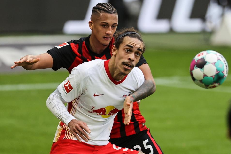 So eng umkämpft wie hier zwischen Yussuf Poulsen und Frankfurts Tuta (l.) war das Spiel gegen die Eintracht von RB am Sonntagnachmittag.