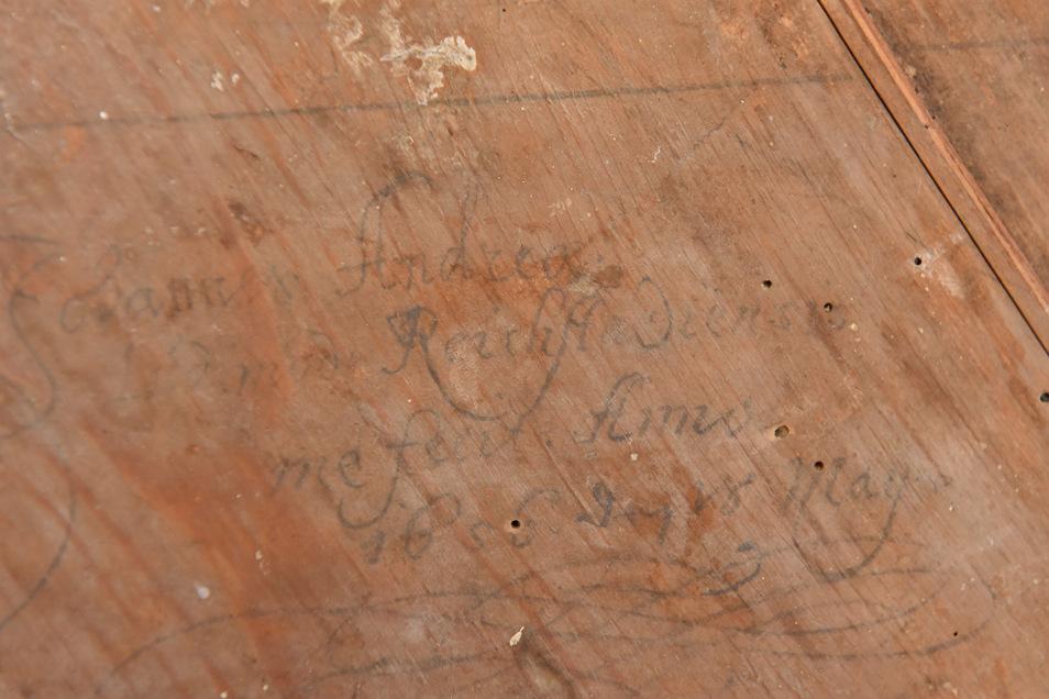 Diese alte Inschrift auf der Rückseite des Bildes wurde nun identifiziert.